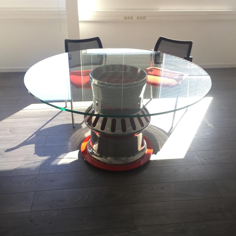 Table de réunion conçue avec une chambre de combustion Mirage III (3/5)