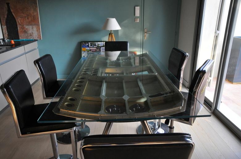 Bureau ou table de salle manger a ronautique trappe d for Salle a manger futuriste