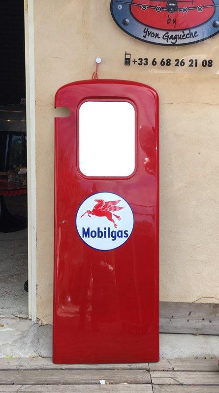 Porte de pompe à essence Boutillon peinte aux couleurs MOBILGAS