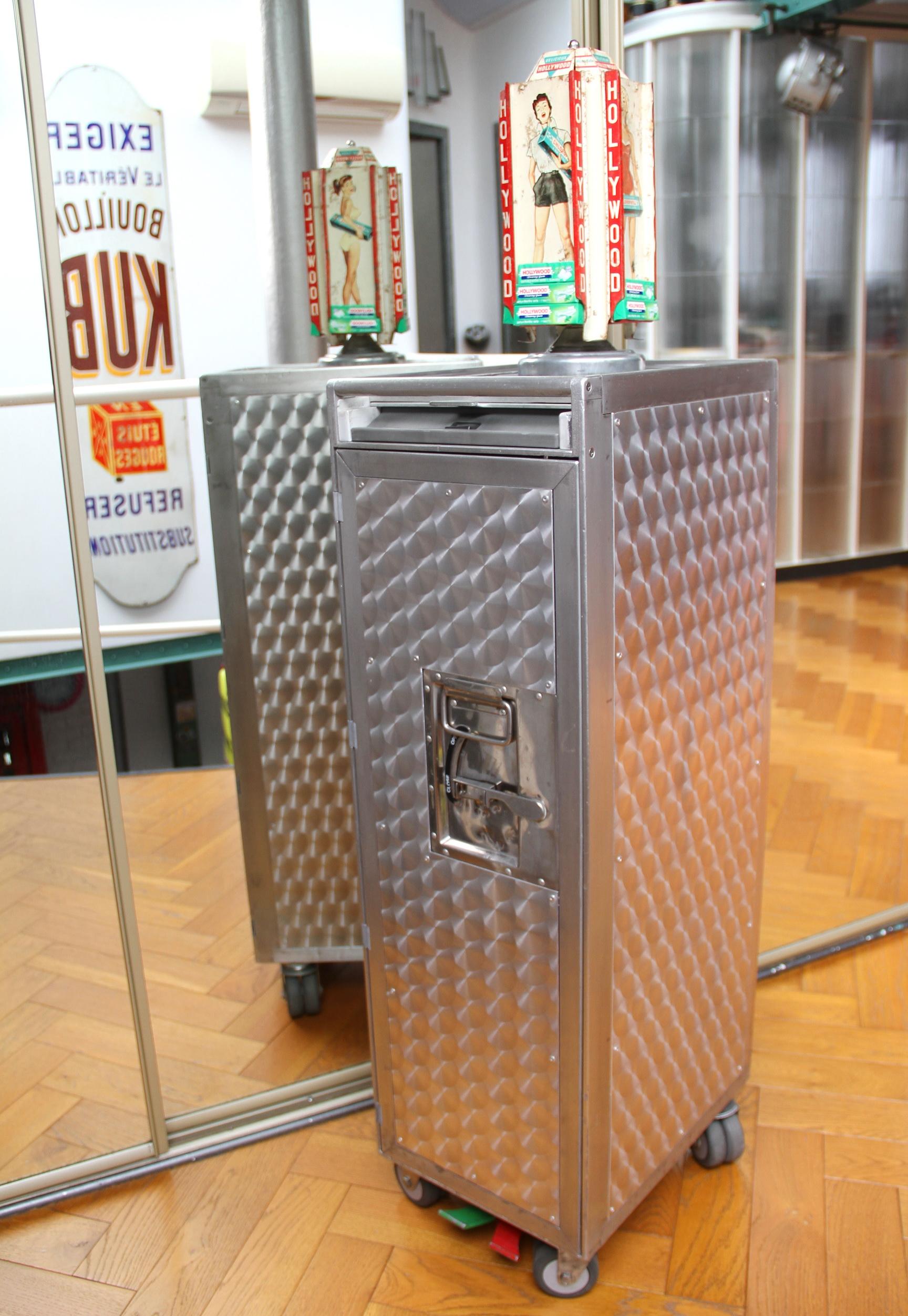 Les 6 pièces qui suivent, ainsi que ce trolley, ont été acquises par un couple de clients passionné par des objets US rares et vintages