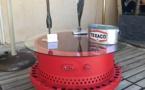 Table de salon réalisée avec une trappe d'avion Breguet Atlantique, thermolaquée rouge